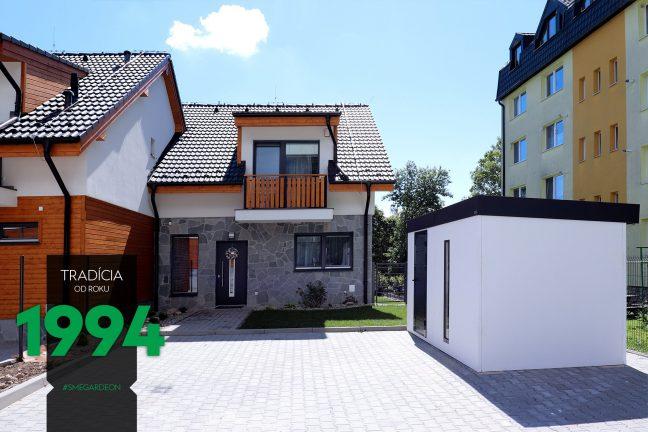 Biely záhradný domček pri dome