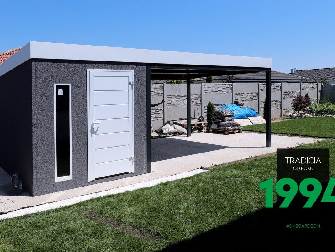 Sivý záhradný domček s tmavým prestrešením