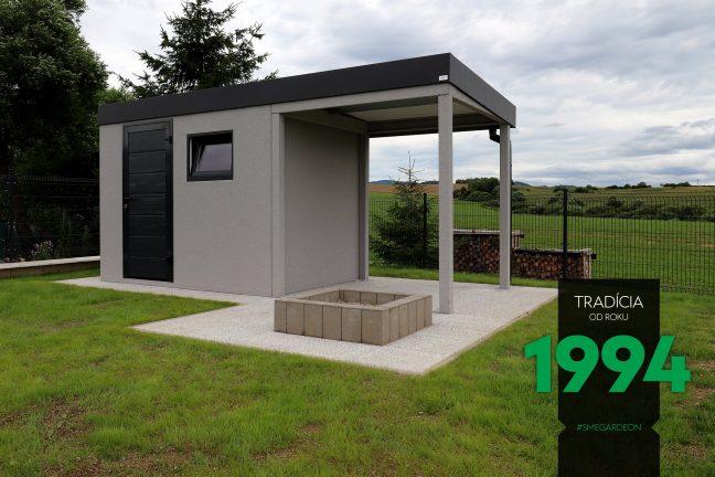Záhradný domček s prístreškom z pravej strany