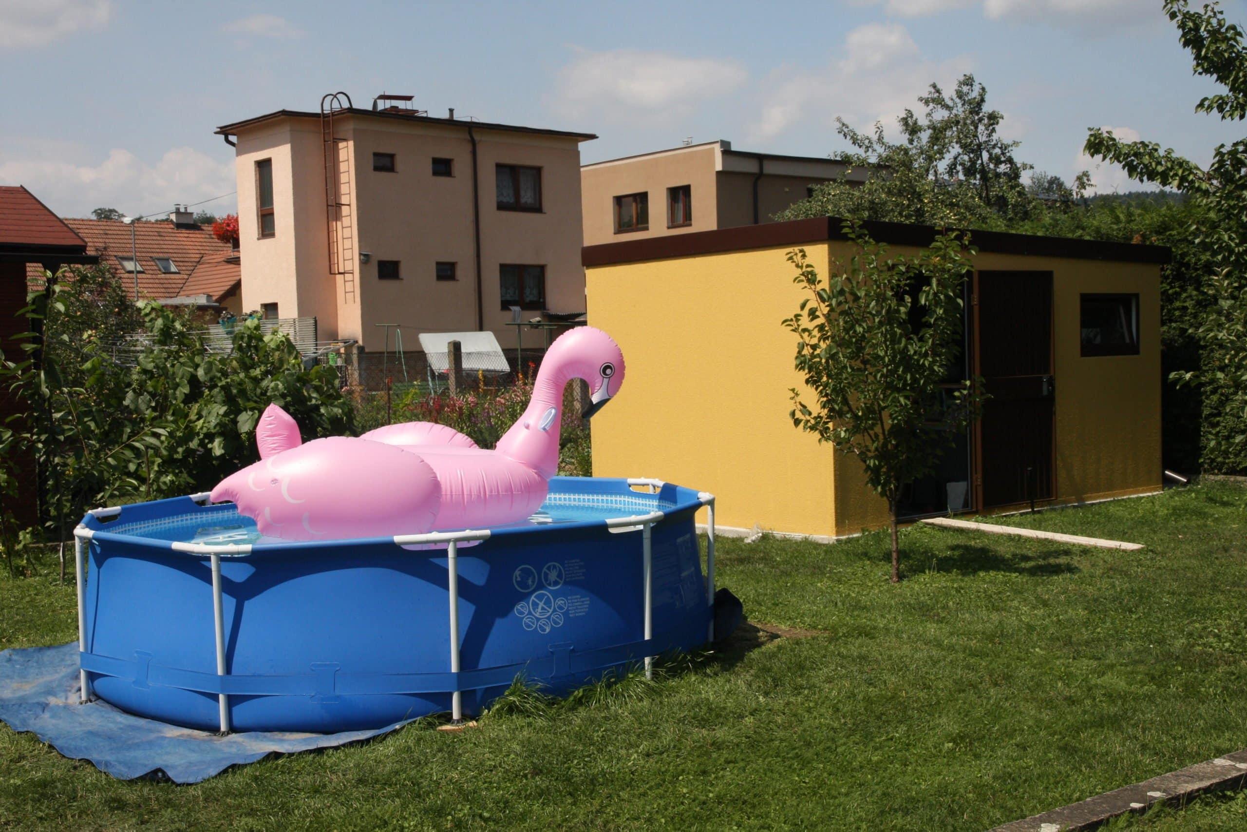 Ružová nafukovačka v bazéniku