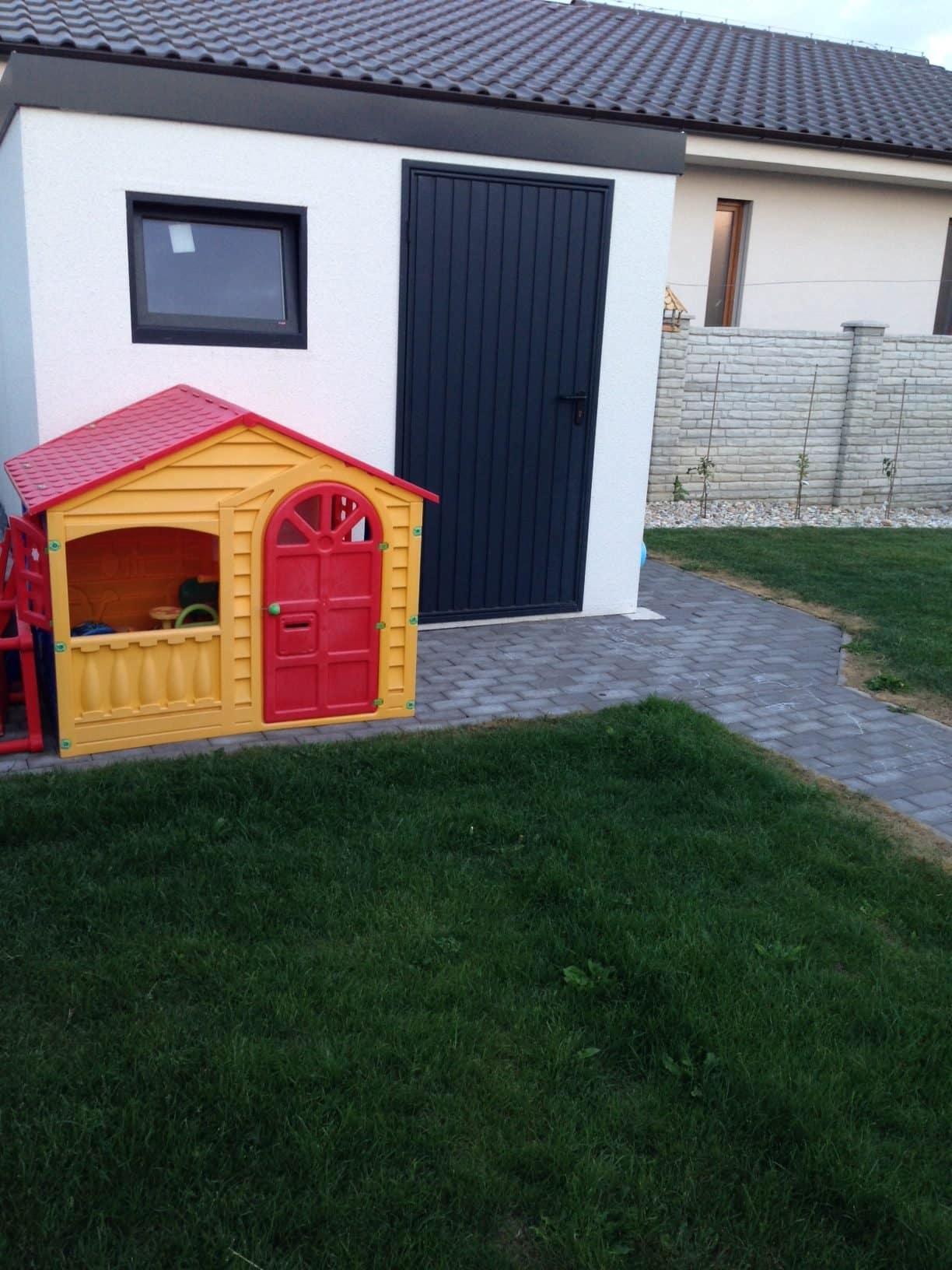 Malý umelý domček pre deti žltej farby s červenou strechou