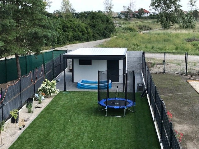 Malá trampoline na záhrade pri domčeku