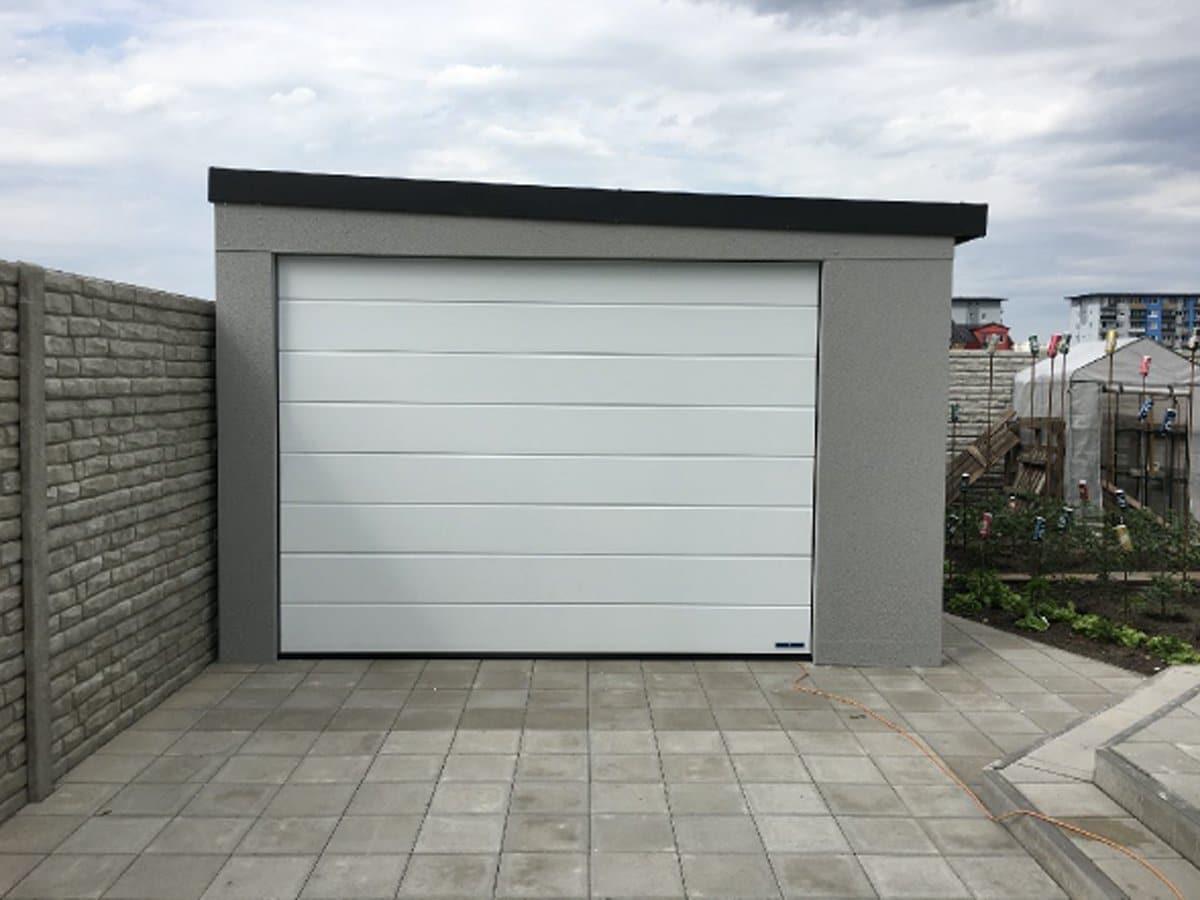 Šedá garáž na záhrade