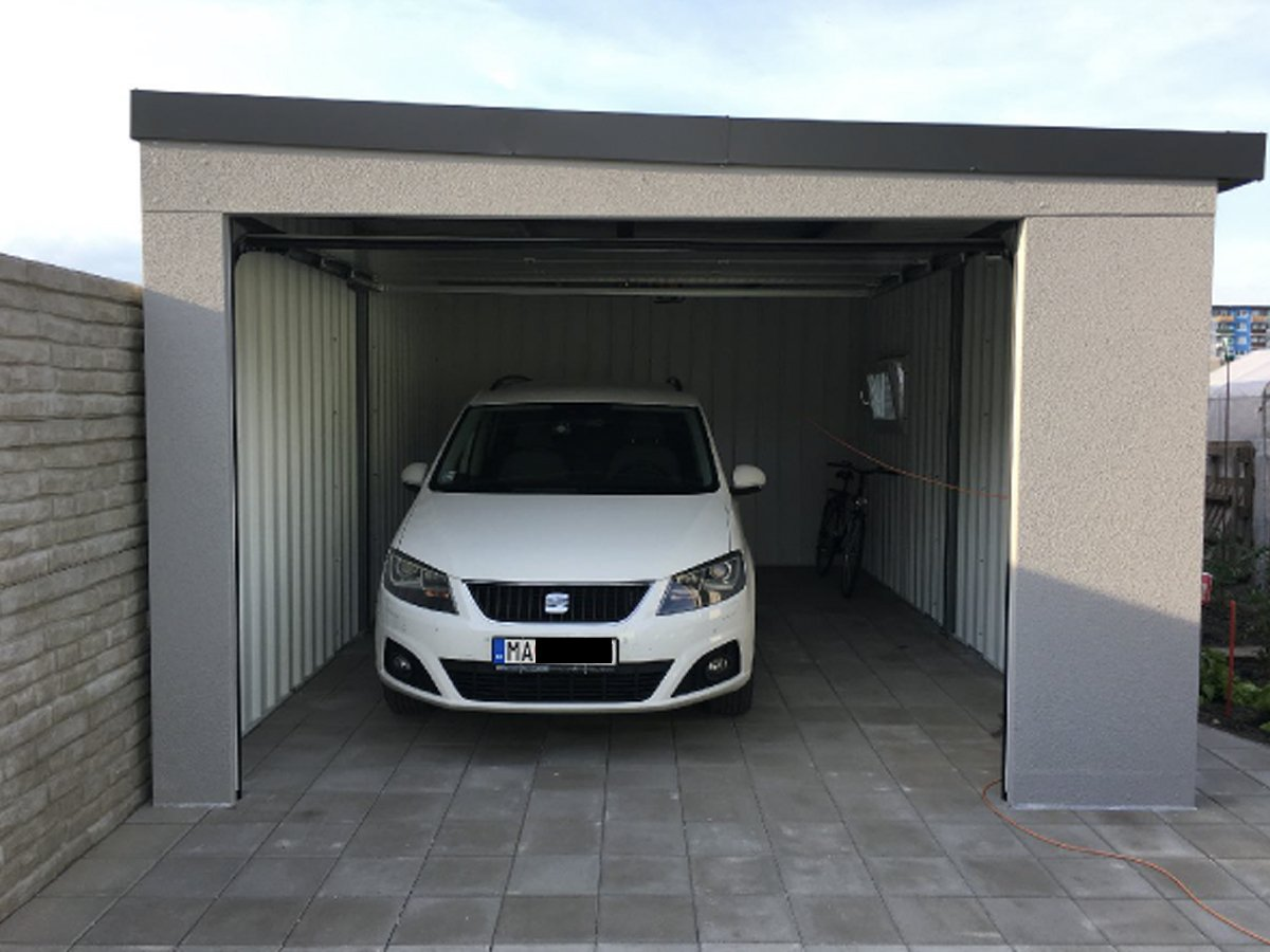 Auto v garáži
