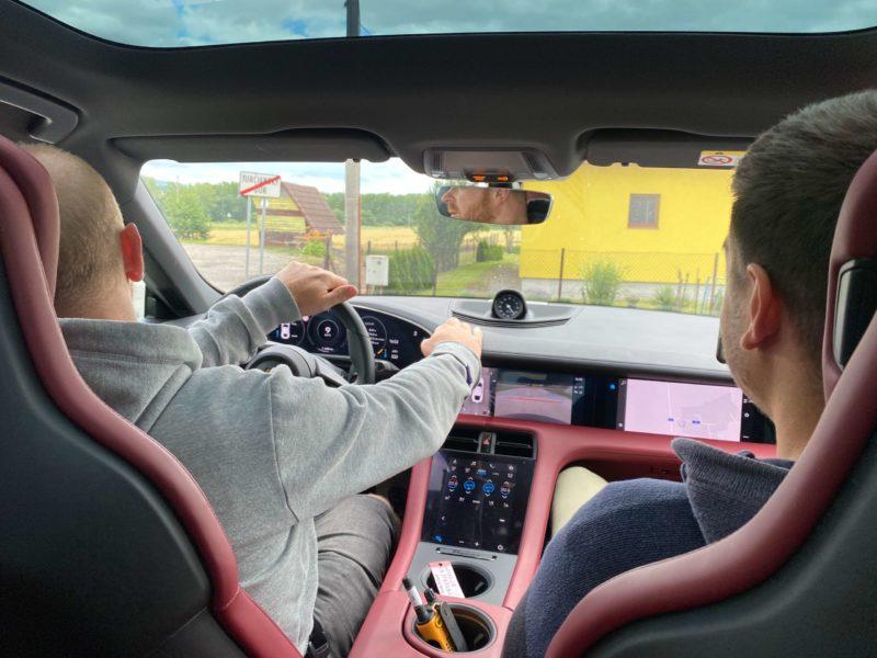 Rasťo Chvála v Porsche Taycan