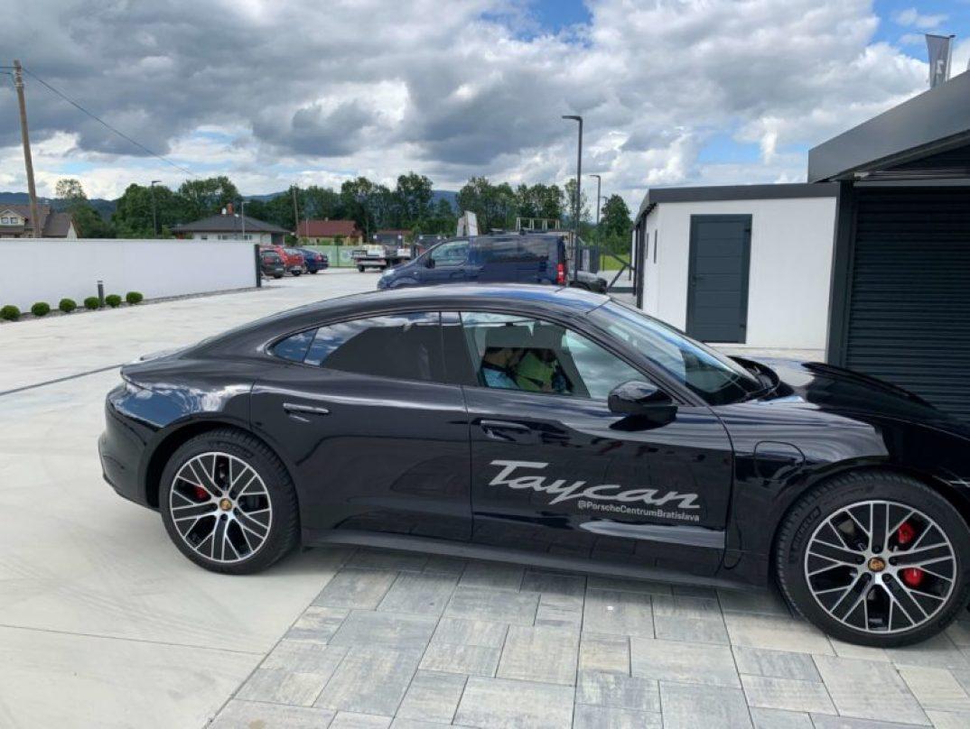 Čierne Porsche Taycan
