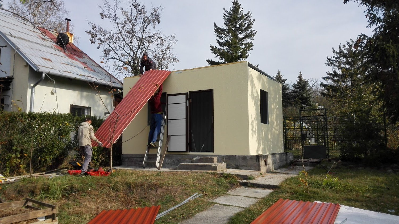 Montovanie červenej strechy na záhradnom domčeku