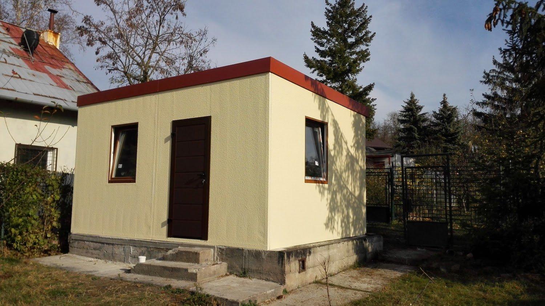Žltý záhradný domček s červenou pultovou strechou