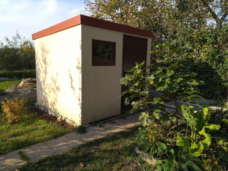 Malý záhradný domček medzi stromami na záhrade