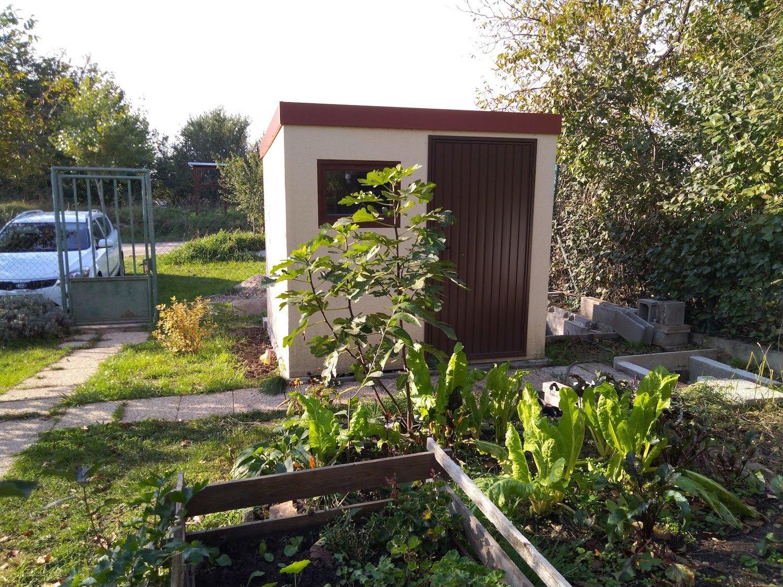 Malý záhradný domček pri stromoch