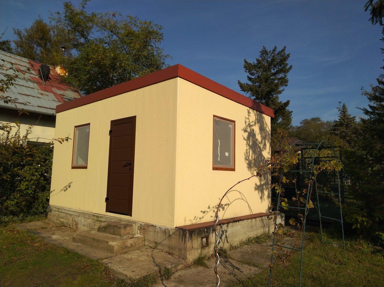 Žltý záhradný domček pri malej preliezačke