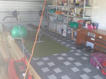 Kosačka, náčinie a cvičebné pomôcky vo vnútri garáže