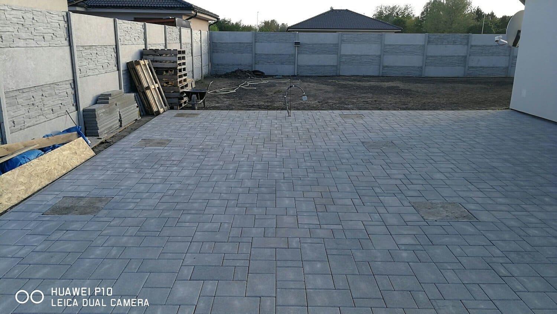 Pripravený materiál na stavbu garáže