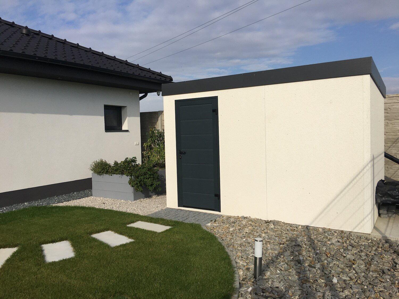 Biely záhradný domček s tmavou atikou z pravej strany