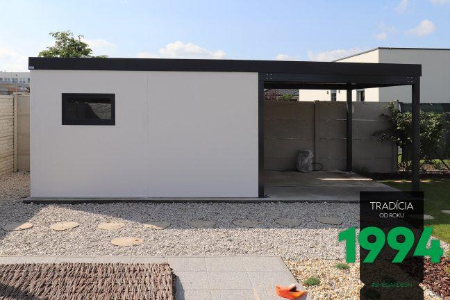 Biely záhradný domček s prístreškom