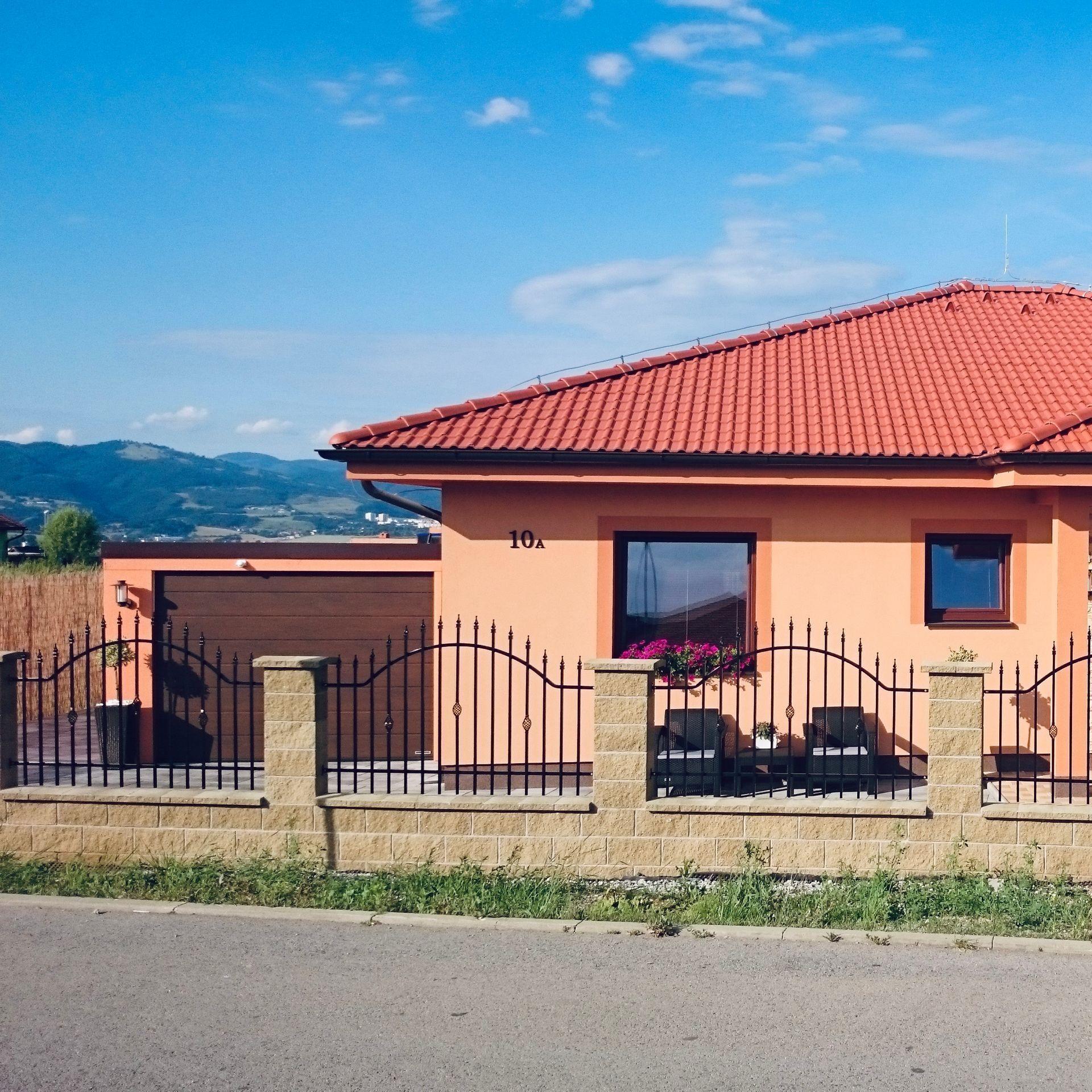 Garáž pri domčeku v marhuľovej farbe