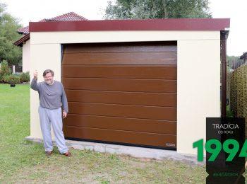 Spokojný zákazník pri svojej žltej garáži