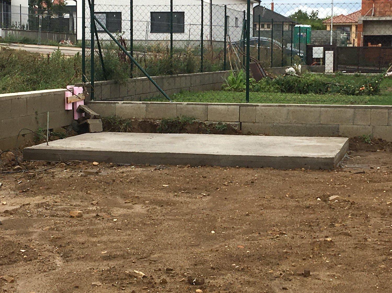 Betónová platňa v záhrade