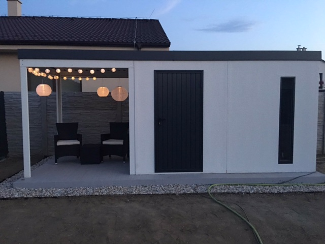 Záhradný domček s lampiónmi