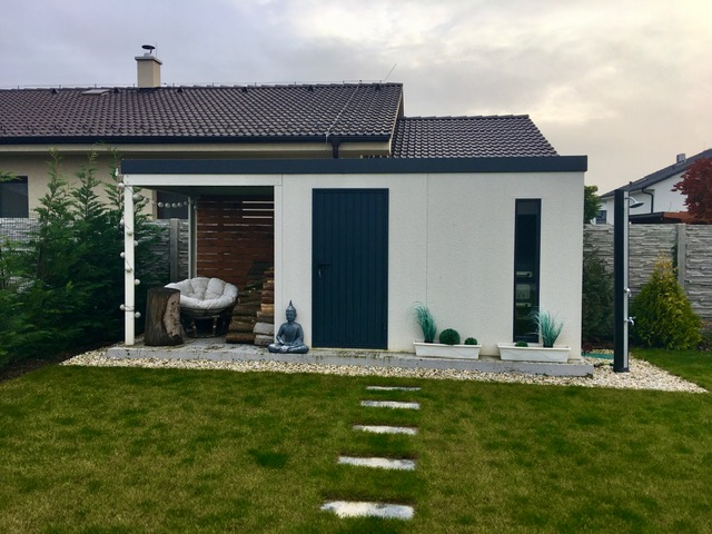 Záhradný domček s prístreškom