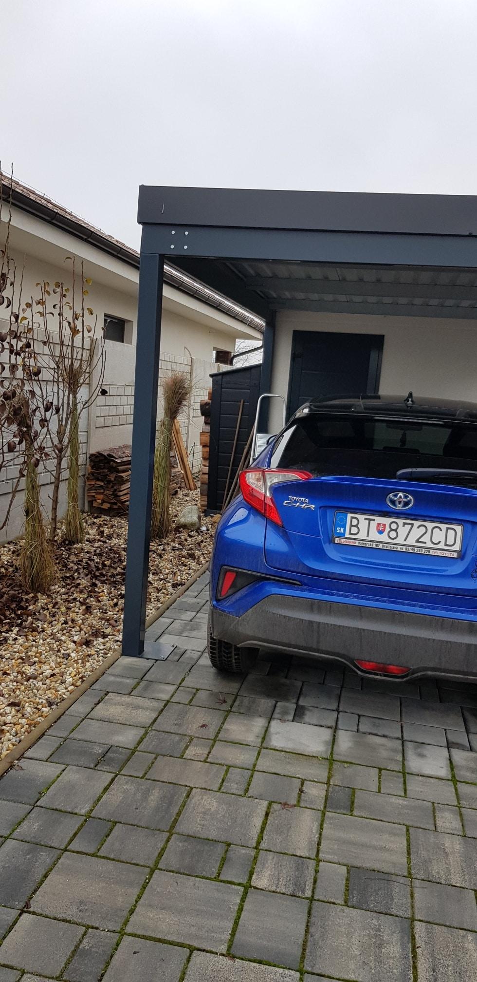 Záhradný domček s prístreškom pod auto