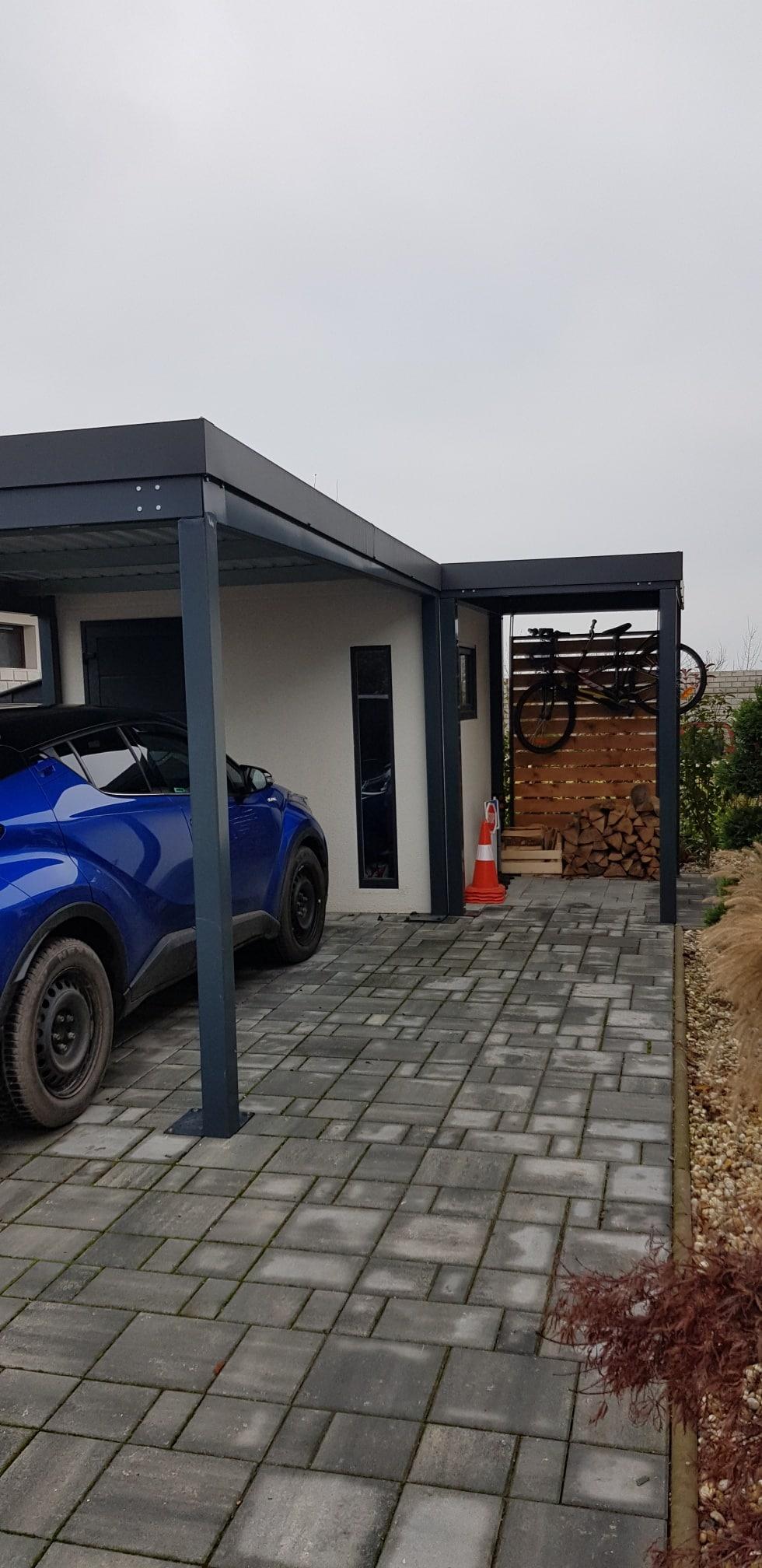 Záhradný domček s prístreškom pod autom a s menším prístreškom