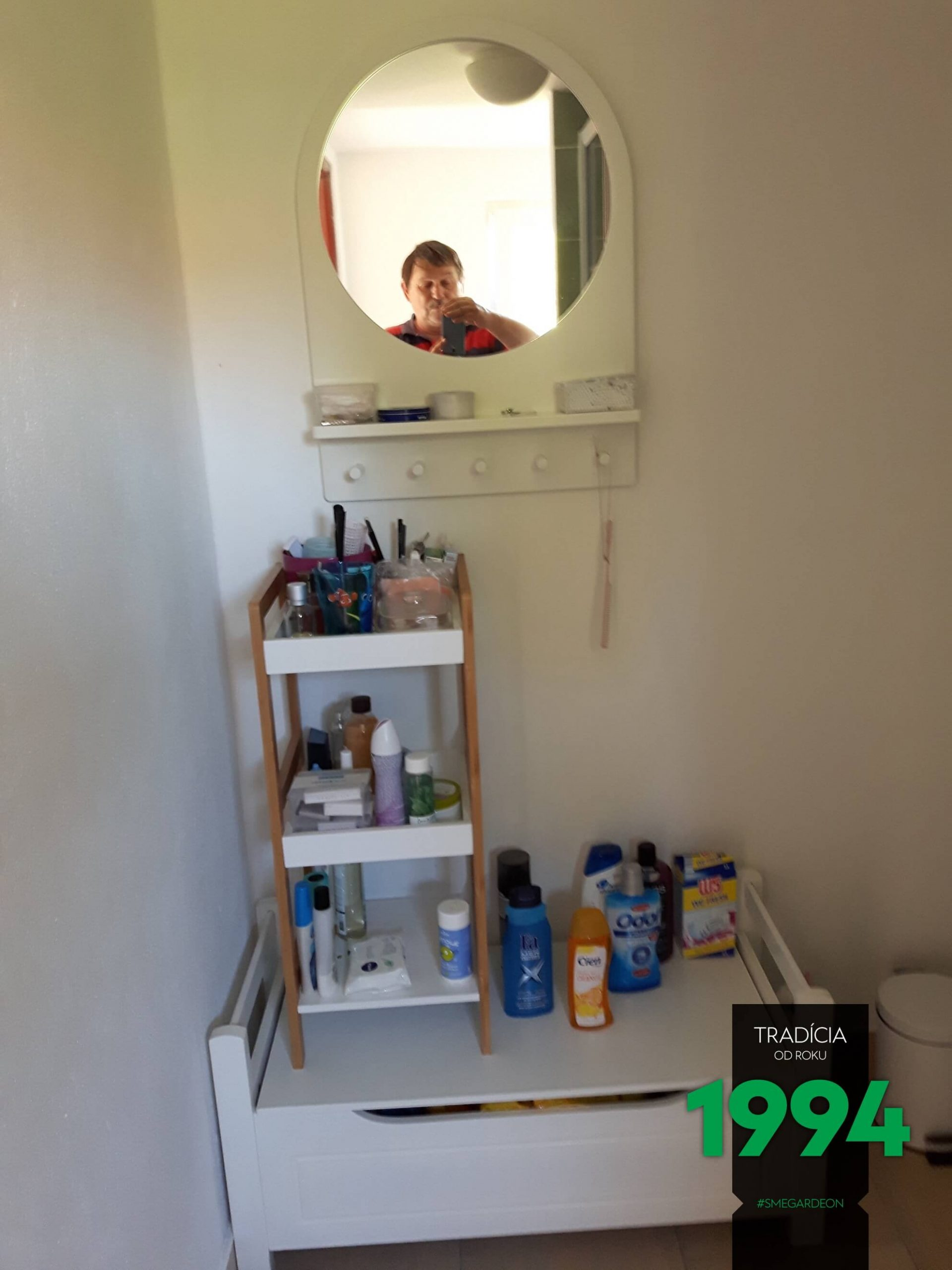 Zrkadlo s drogériou v záhradnom domčeku