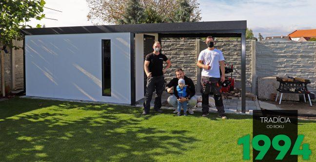 Spokojný zákazníci s montážnikmi pri záhradnom domčeku