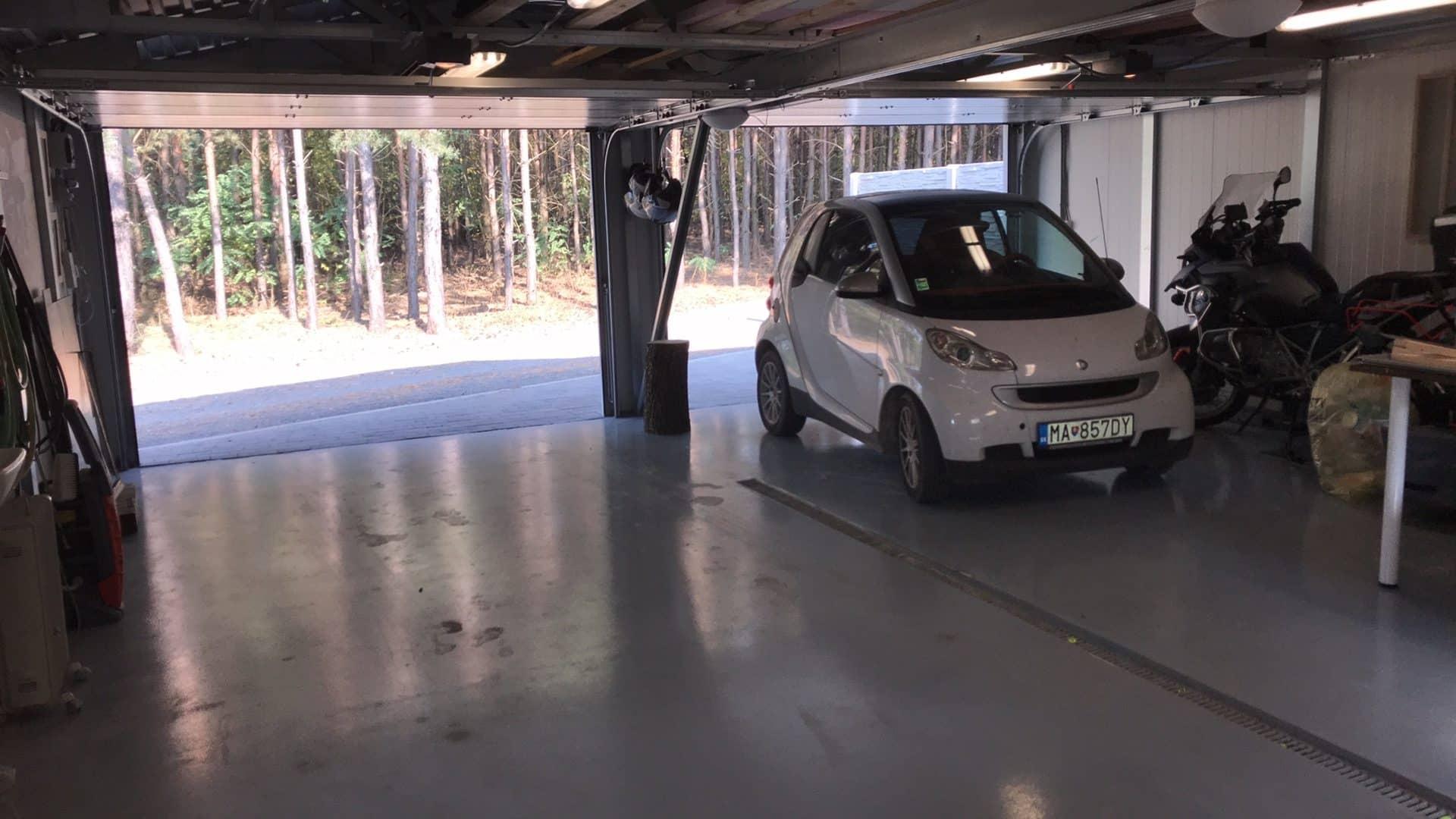 Biele auto zaparkované v garáži