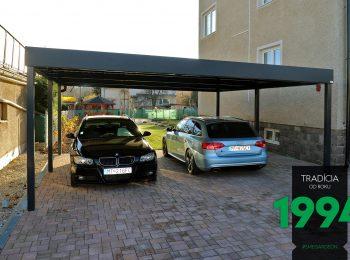Autá zaparkované pod prístreškom