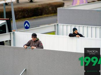Montážnici montujú steny radovej garáže