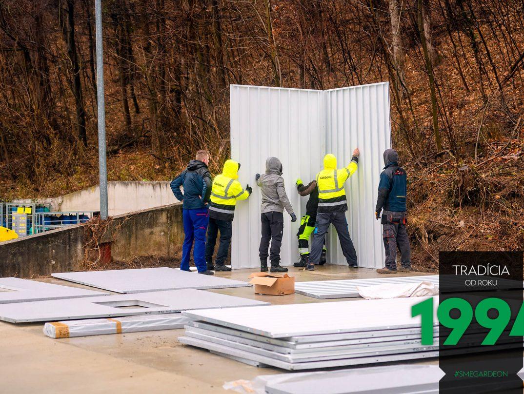 Montážnici montujú steny garáže