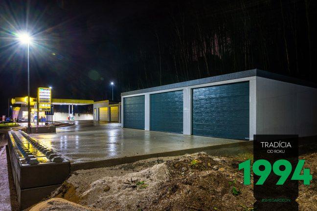 Radová montovaná garáž pri Slovnafte v noci