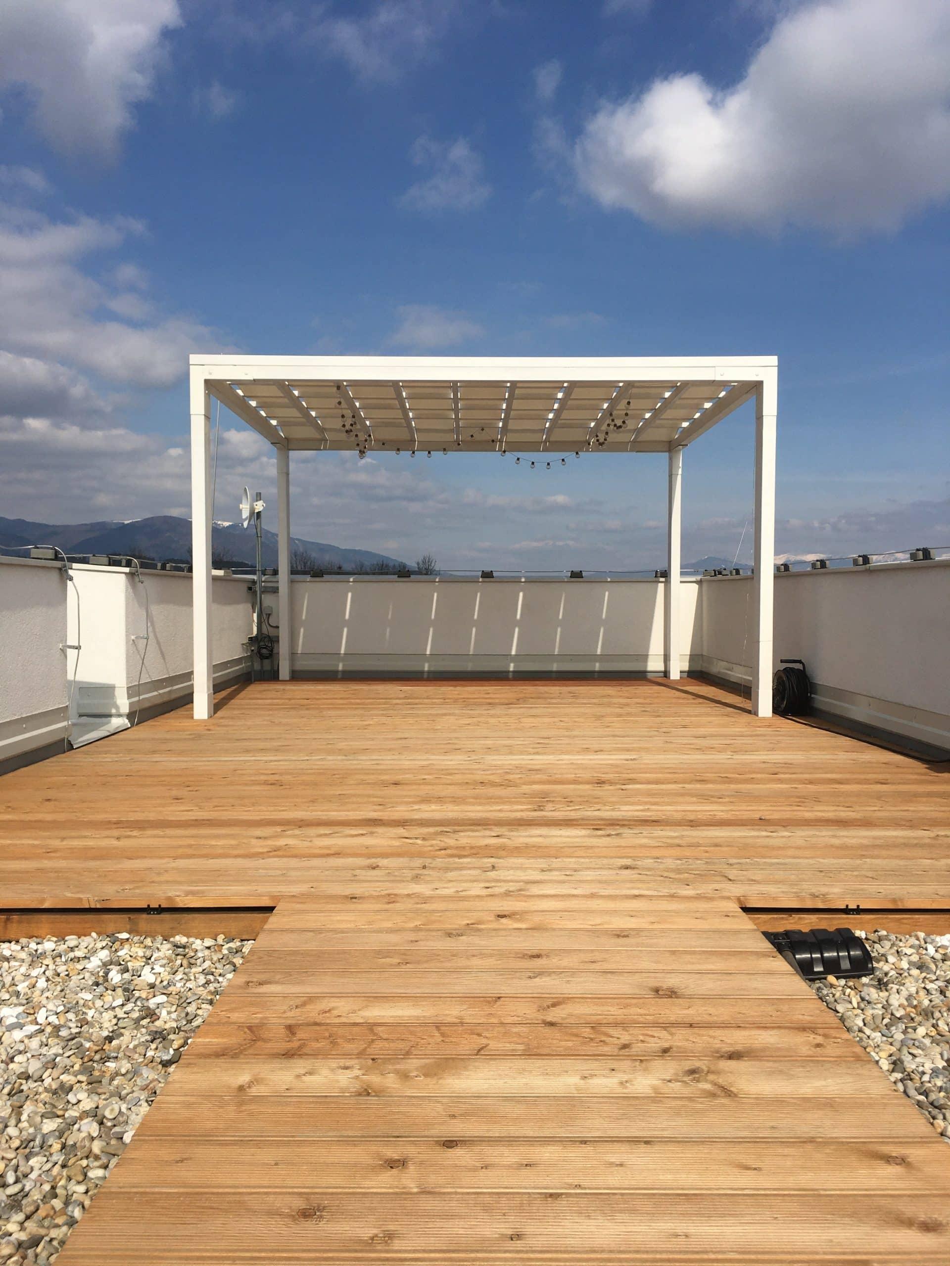 Drevený prístrešok na streche firmy GARDEON