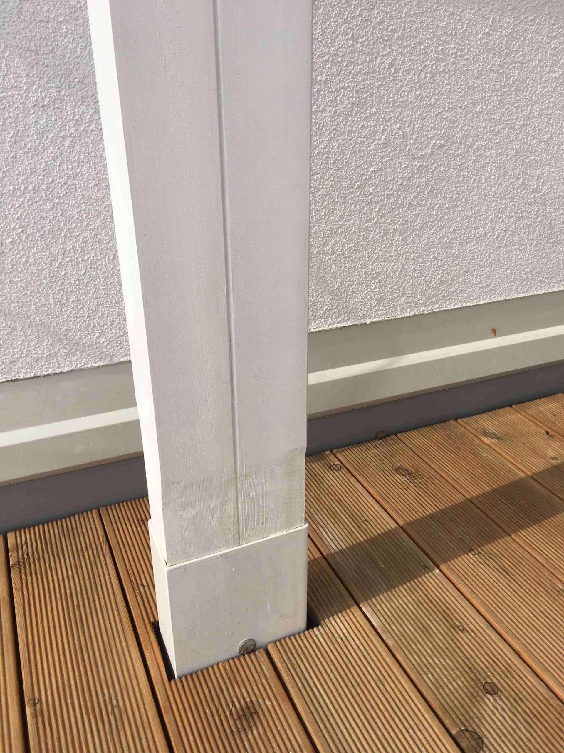 Stĺp pergoly v drevenej podlahe na streche