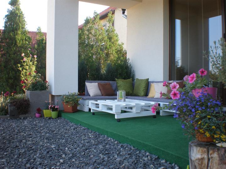 Záhradné posedenie z paliet pri dome