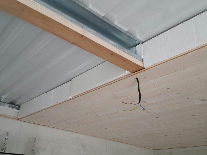 Izolovaný strop stavby