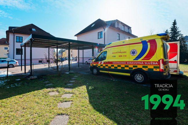 Žltá sanitka pri prístrešku SIEBAU