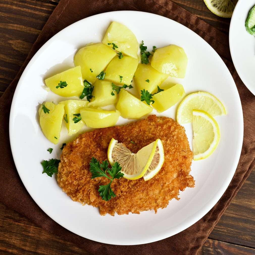Rezeň so zemiakmi na tanieri