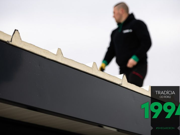 Montážnik na streche montovanej stavby