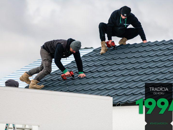 Tmavá sedlová strecha