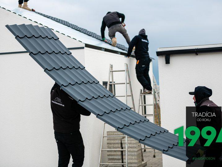 Montáž tmavej sedlovej strechy