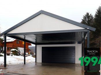 Atypická garáž v bielej omietke s prístreškom
