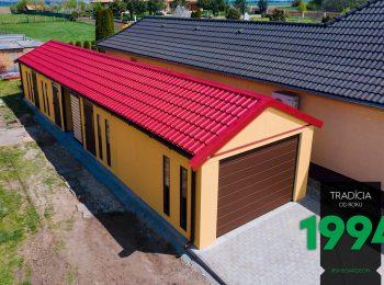 Atypická garáž s červenou sedlovou strechou
