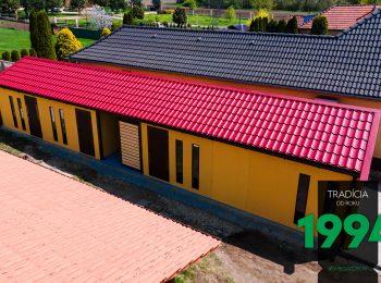 Garáž s červenou sedlovou strechou