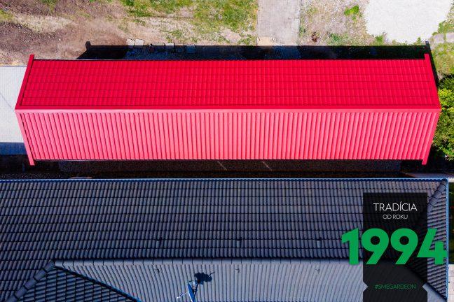 Dlhá červená sedlová strecha