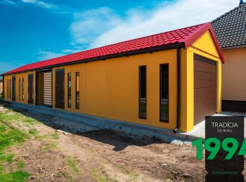 Atypická garáž v žltej omietke s červenou strechou
