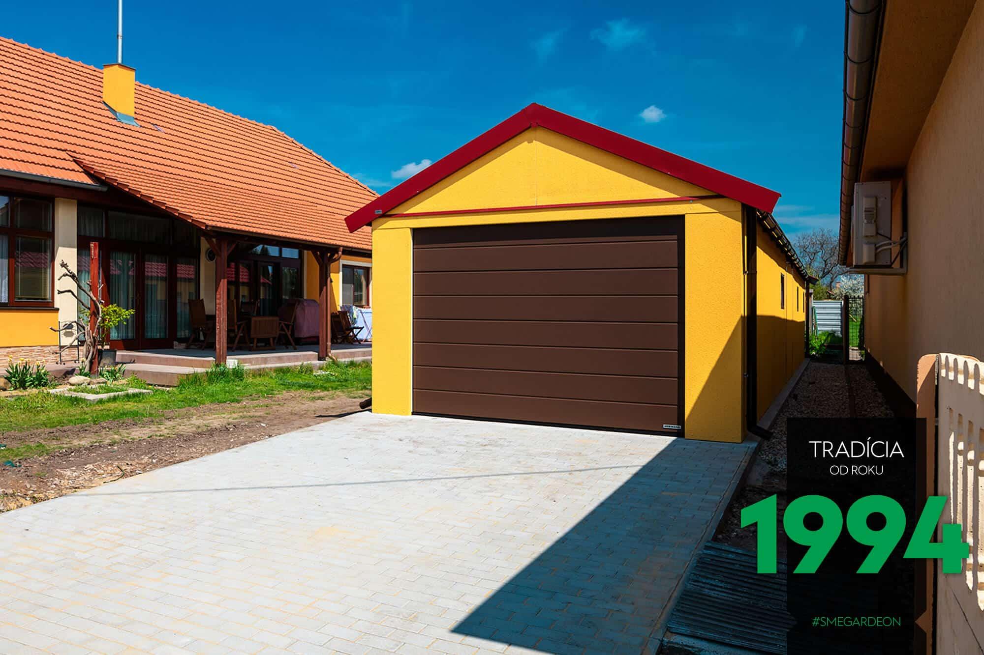 Atypická garáž v žltej omietke so sedlovou strechou