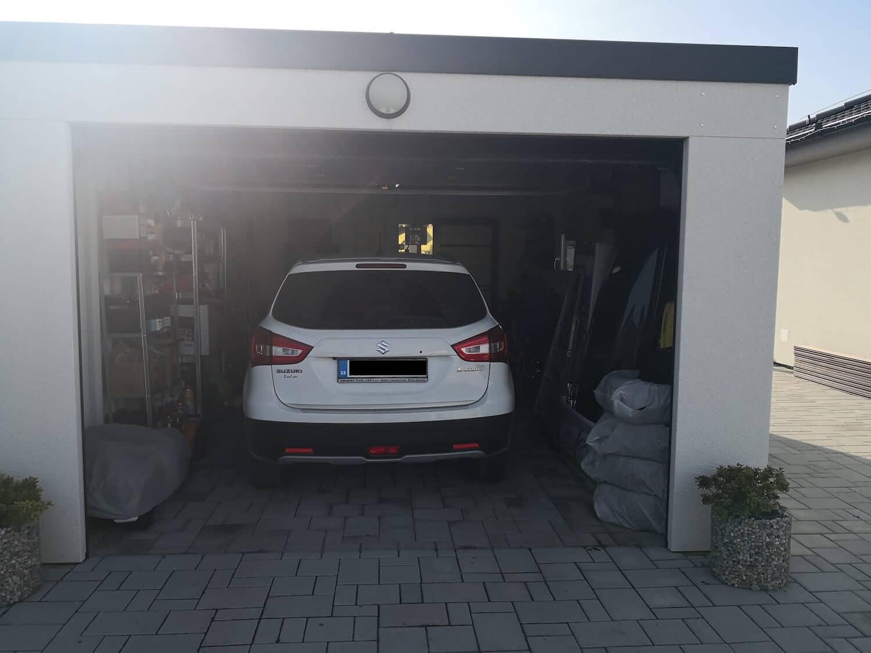 Otvorená garáž s autom vo vnútri