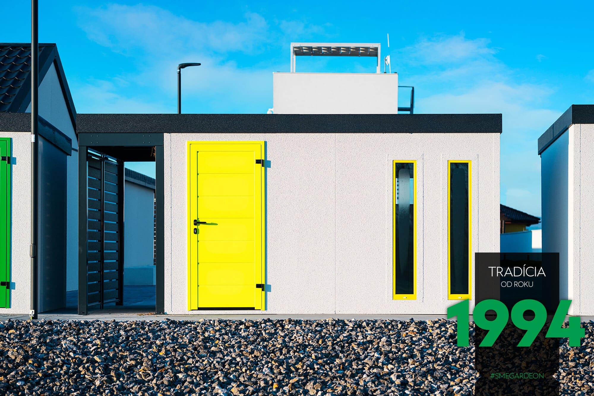 Záhradný domček so žltými dverami a dvoma svetlíkmi spolu s 1 metrovým prístreškom